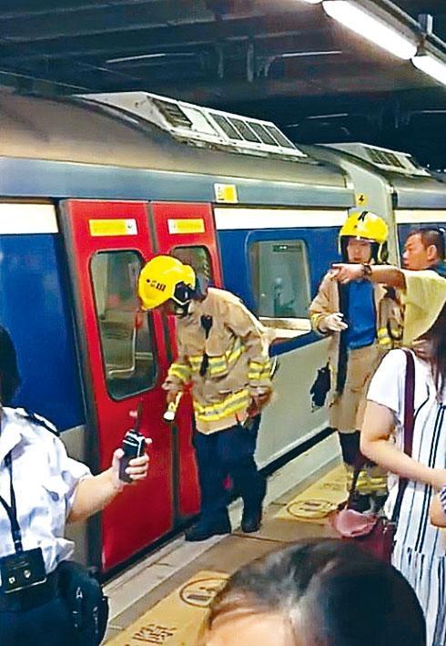女子墮軌被困,消防員到場救援。