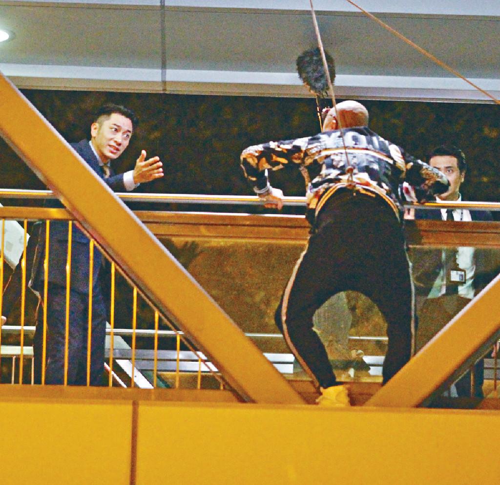 ■吳卓羲帶隊追捕,繫上威吔嘅Bob企跳。