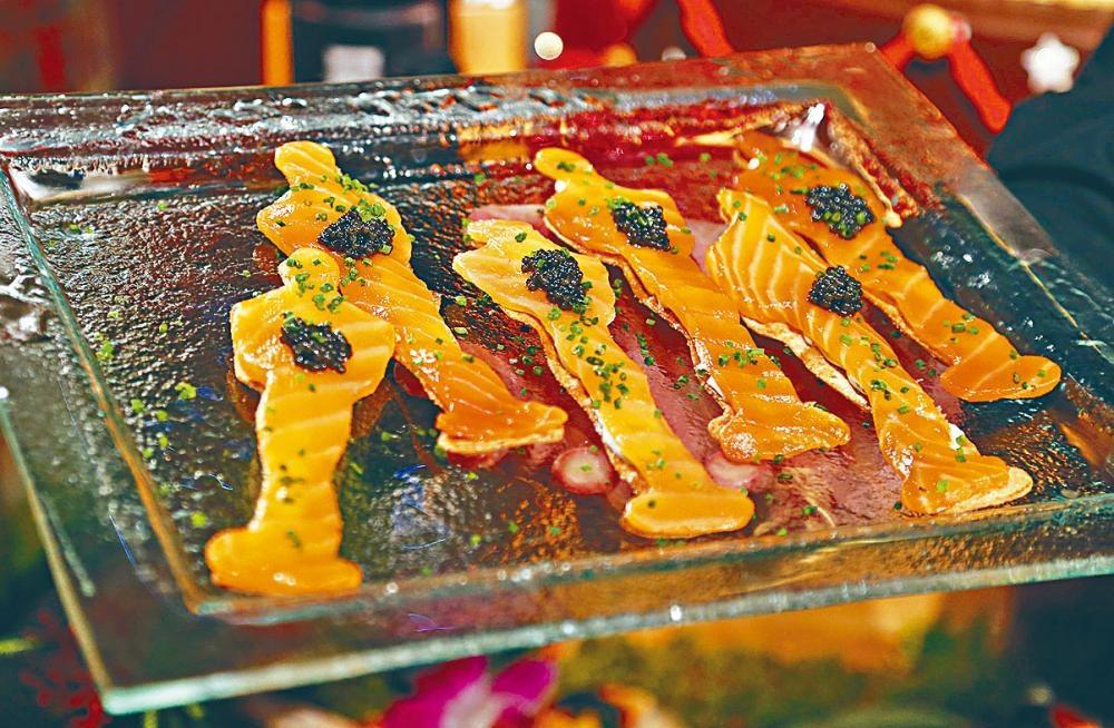 煙三文魚小吃。