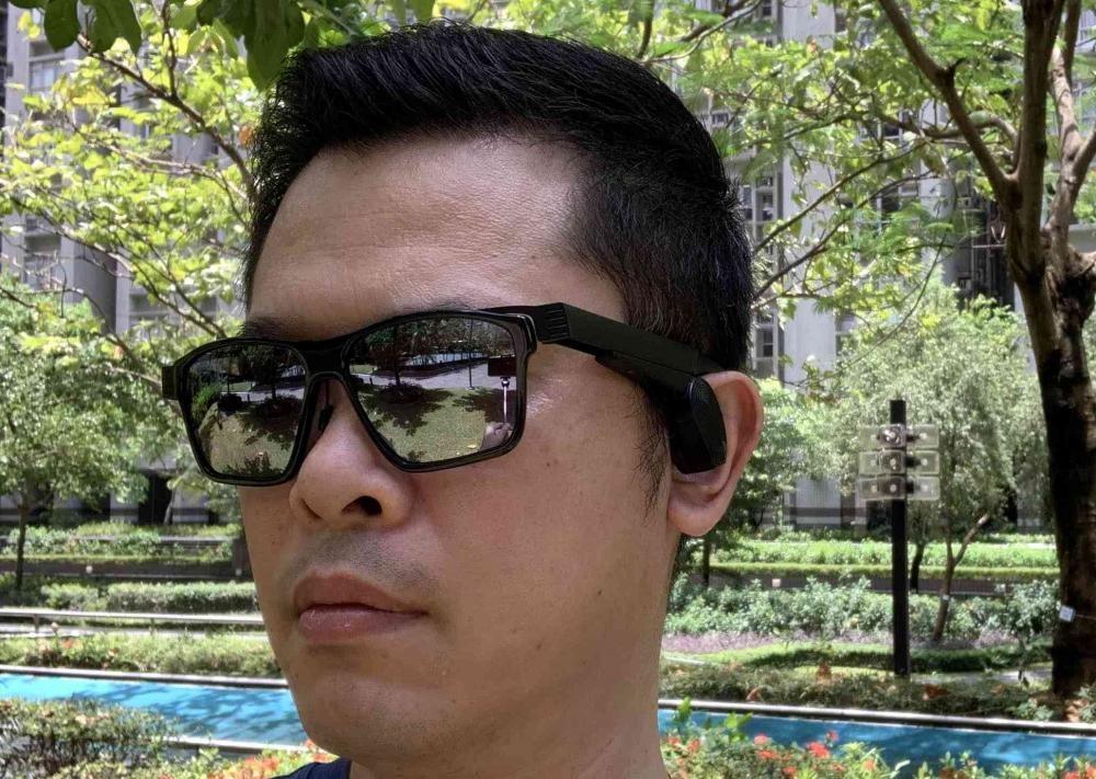 ●鏡臂上的耳筒可因應用家臉形調校位置。
