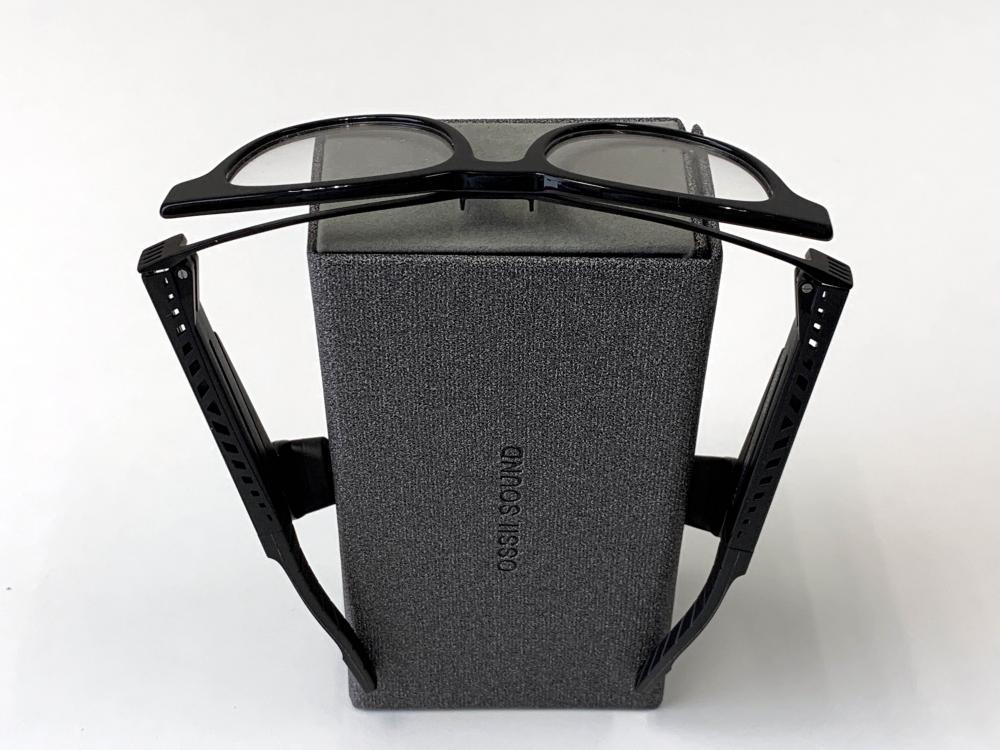 ●將眼鏡扣在眼鏡盒上,即可以Boom Sound模式聽歌享樂。