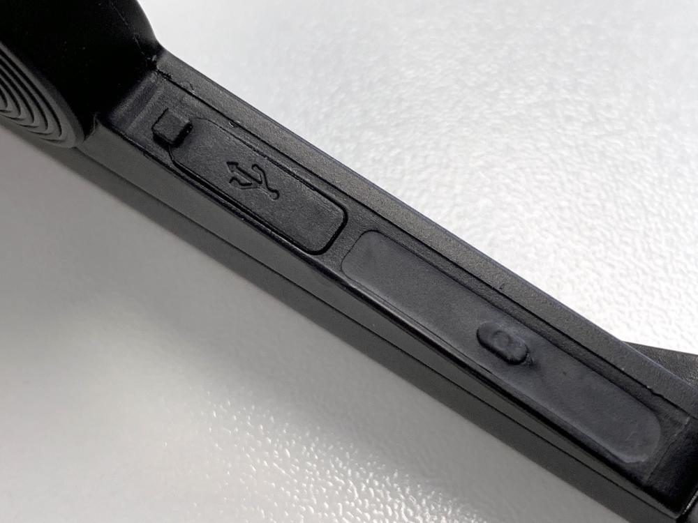 ●左、右耳筒均設有功能鍵,另各設micro USB充電插口。