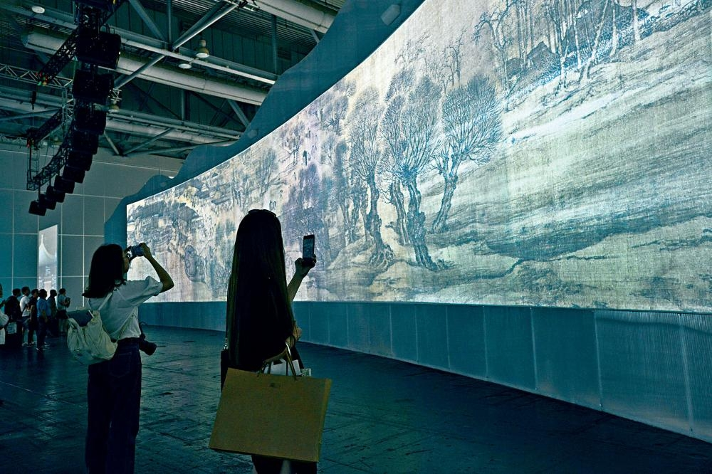 「盛世長卷」呈現一幅長三十多米的《清明上河圖》巨幅動態高清投影,動畫部分由二十多位原畫師歷時超過四百天繪製而成。