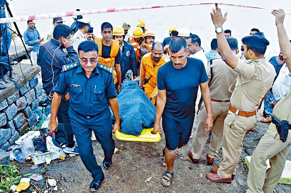 國家災難應變隊成員在河畔抬起西達爾塔的屍體。