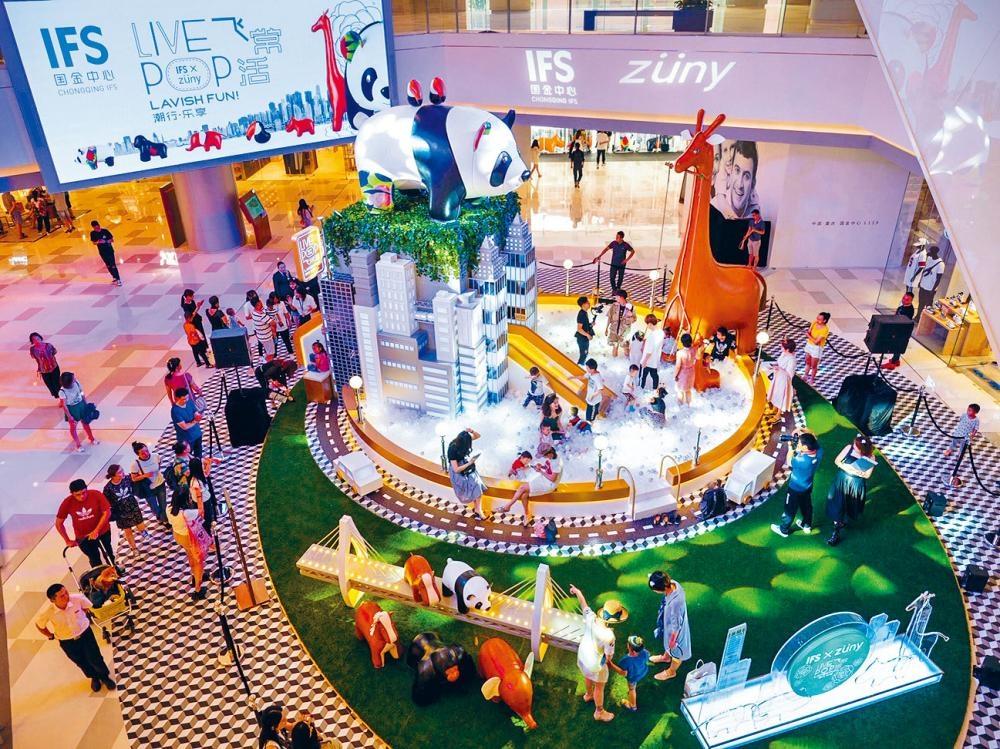 重慶IFS場內特設波波池,讓大人和小孩「沐浴」其中。