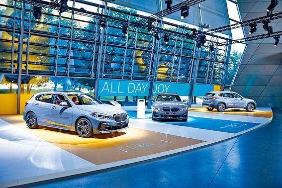 ●活動在德國慕尼黑BMW Welt總部舉行,現場展出八款全新車,包括圖中所見(左起)1系、3系Touring旅行車及改良版X1玩樂車。