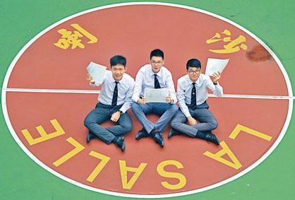 ■喇沙書院應屆文憑試狀元許友灝(左起)、黃子峯與蕭子聰,如願入讀中大醫科。