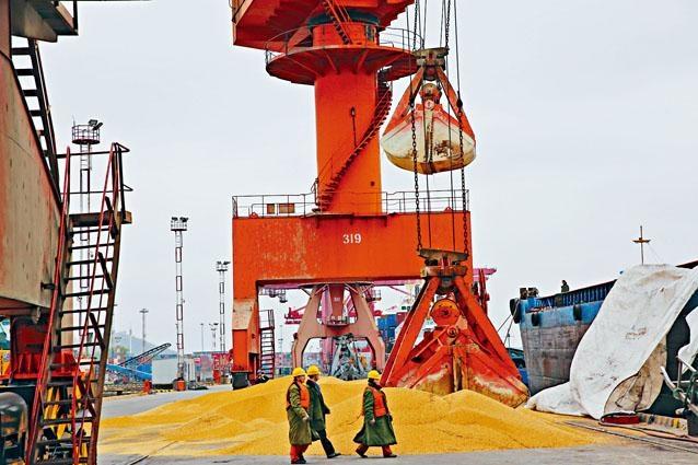 ■傳中國暫停採購美國農產品。圖為江蘇南通一港口卸下進口大豆。
