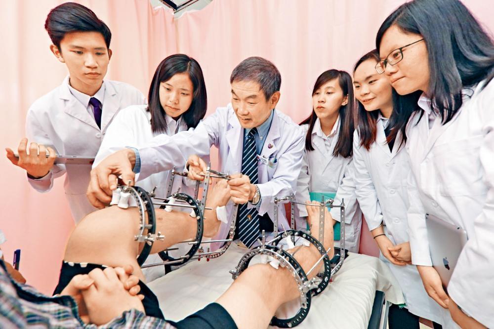 今年全港經聯招入讀醫科的學生中,超過六成人選擇中大醫科,包括七名應屆文憑試狀元。