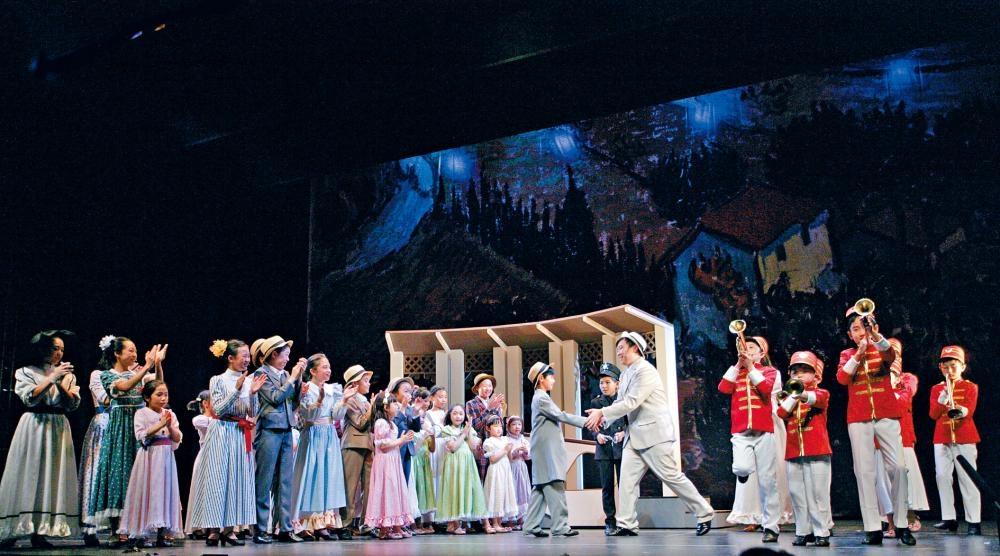 香港歌劇院夏令營2019以著名百老匯音樂劇《樂器推銷員》為結業劇目。