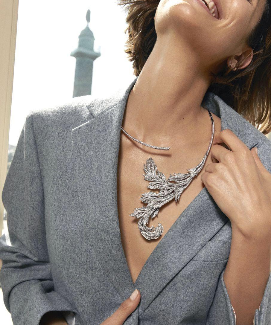 這條Feuilles d'Acanthe問號項鏈,以白金鑲嵌共一千二百九十三顆鑽石。品牌的資深匠師以獨特工藝使項鏈呈現出柔韌、輕盈且靈活的金屬質感,讓佩戴者易於穿戴,亦可感受溫柔貼身的觸感。