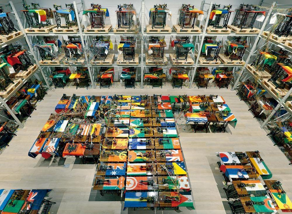 一百多台的縫紉機,每一台代表不同國家。