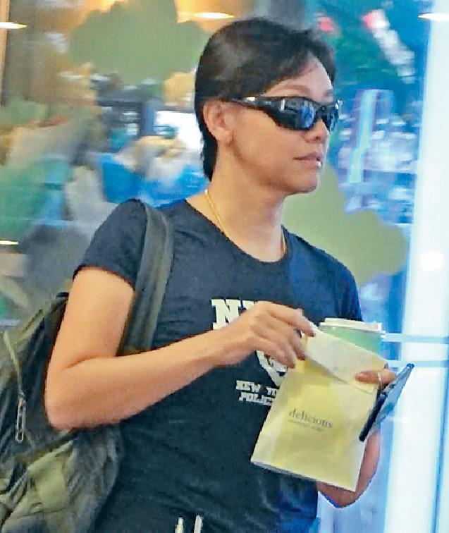 ■郭秀雲在商場買麵包醫肚。