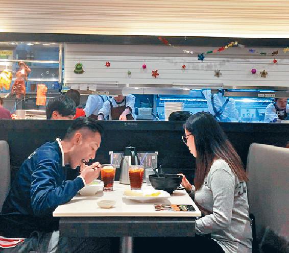 ■為了慳錢,康仔跟太太好多時到茶餐食。