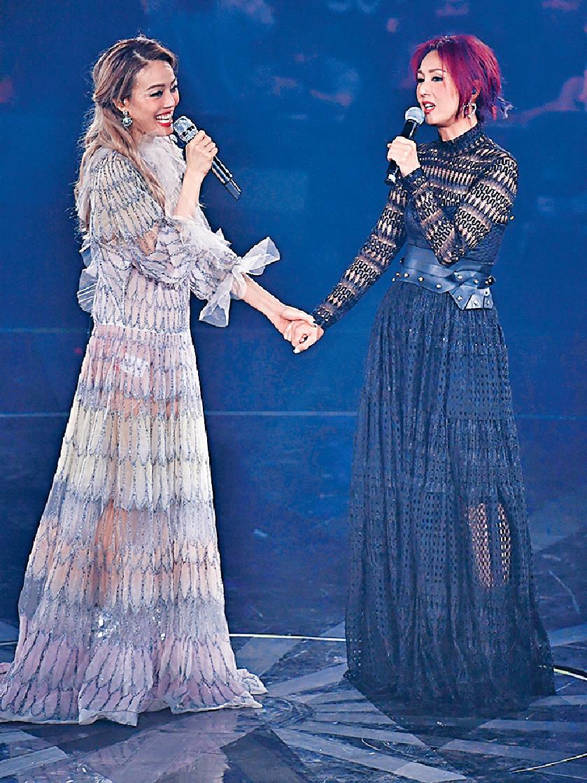 ■祖兒與千嬅在台上合唱冧歌。