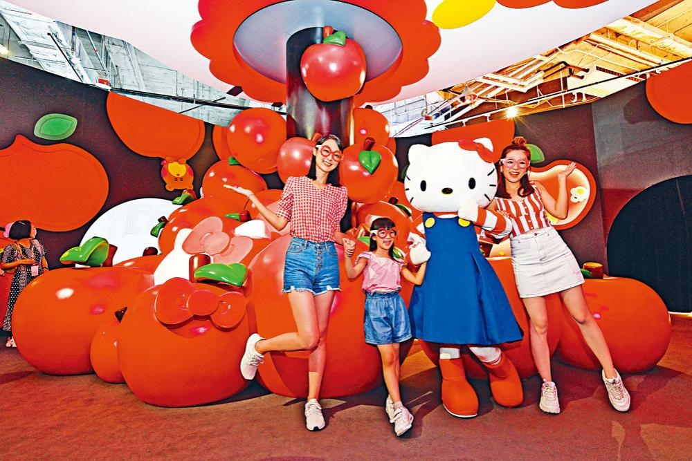 進入首個展區,大家可在巨型蘋果前拍照。