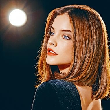 匈牙利名模Barbara Palvin的雙唇及雙頰均塗上裸粉色的絲絨啞亮唇釉410,盡展嫵媚。