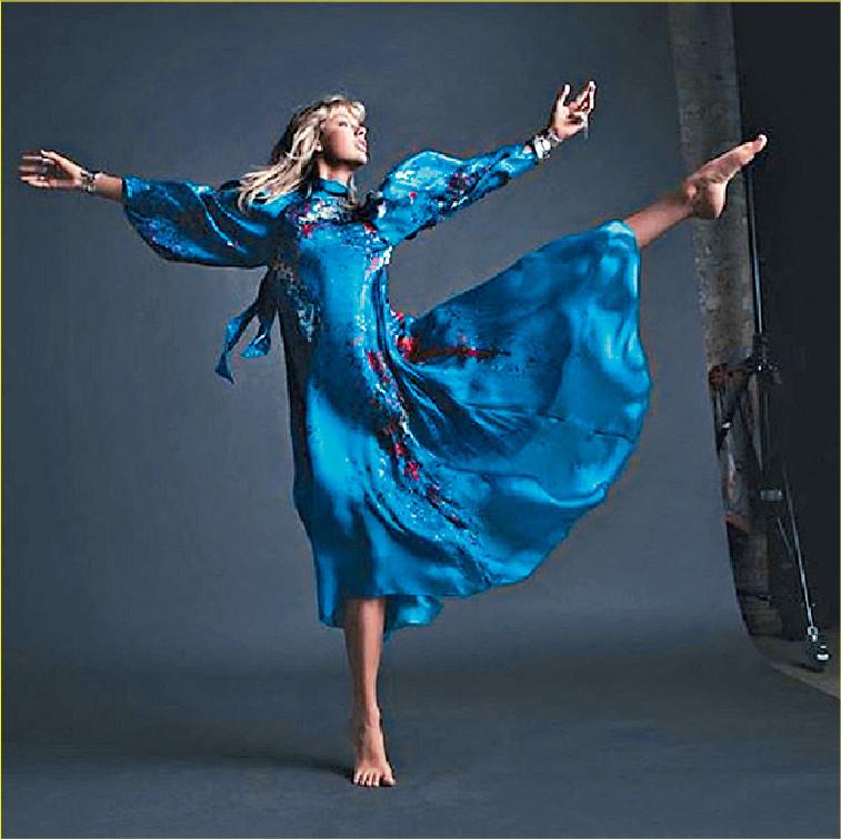 ■Taylor公開穿藍色的照片及新歌部份歌詞。網上圖片