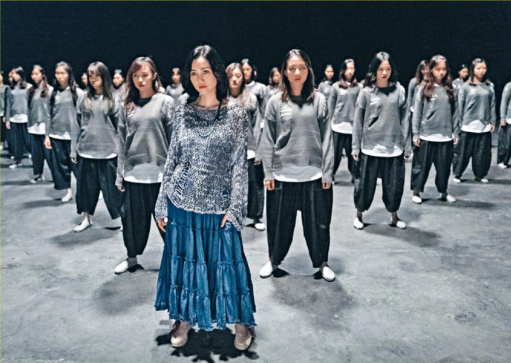 ■Kay跟近百名舞者跳群舞,跳過百次才跳得齊。