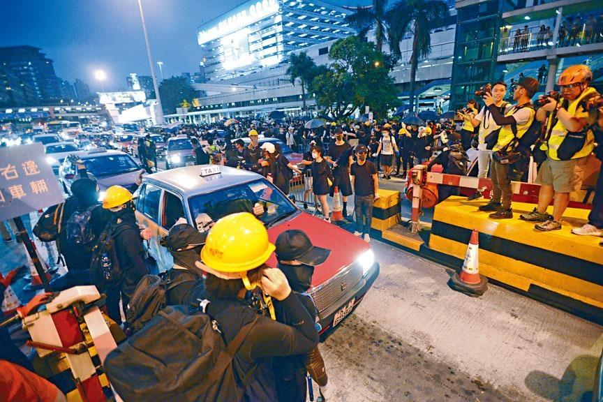 ■示威者「快閃」堵塞紅磡九龍出入,令交通一度混亂。
