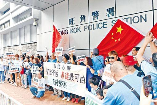 ■團體和市民響應「全民撐警日」,前往多家警署向警隊致送心意卡、慰問信等。