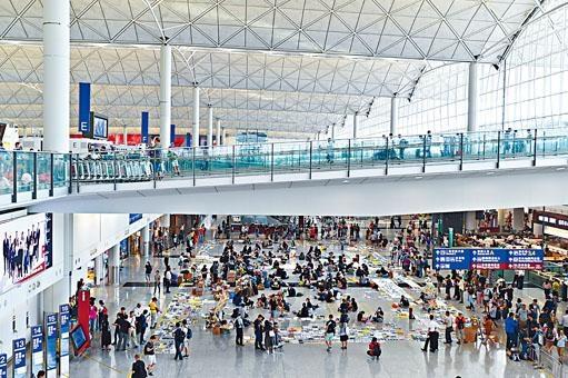 ■「萬人接機」行動,昨續於機場客運大樓舉行。