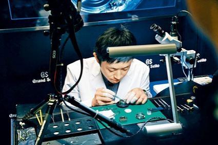 ●年僅二十九歲的GS一級表匠西中卓也表示,要成為一級表匠,須不時掌握最新技術及各種新技能。示範組裝時,可以看到他雙手穩定度極高,不愧為國際頂級表匠。