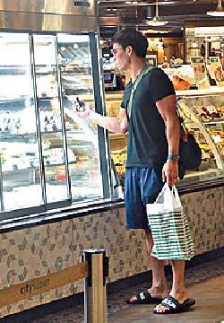 ■買完清酒,Andy行過食品櫃揀咗件飯糰。