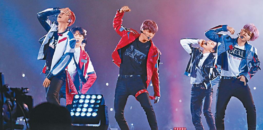 ■眾成員勁歌熱舞,令粉絲睇得如癡如醉。