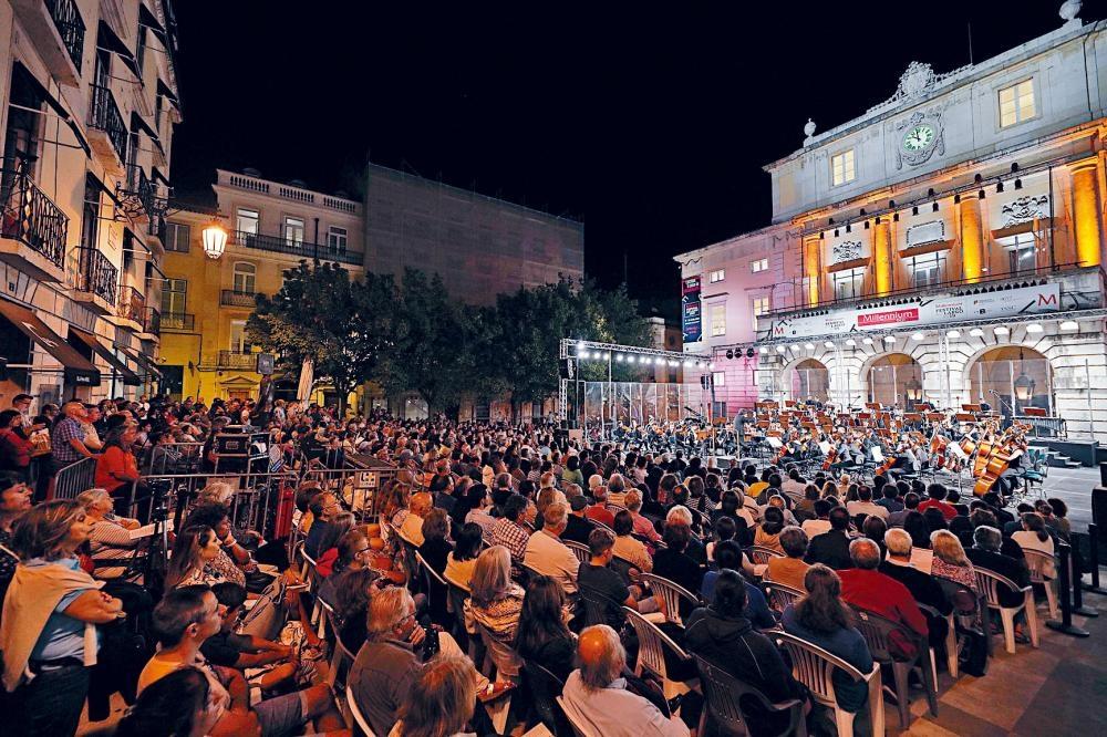 李維斯指揮MYSO在里斯本聖卡洛斯劇院廣場演出的全景場面。