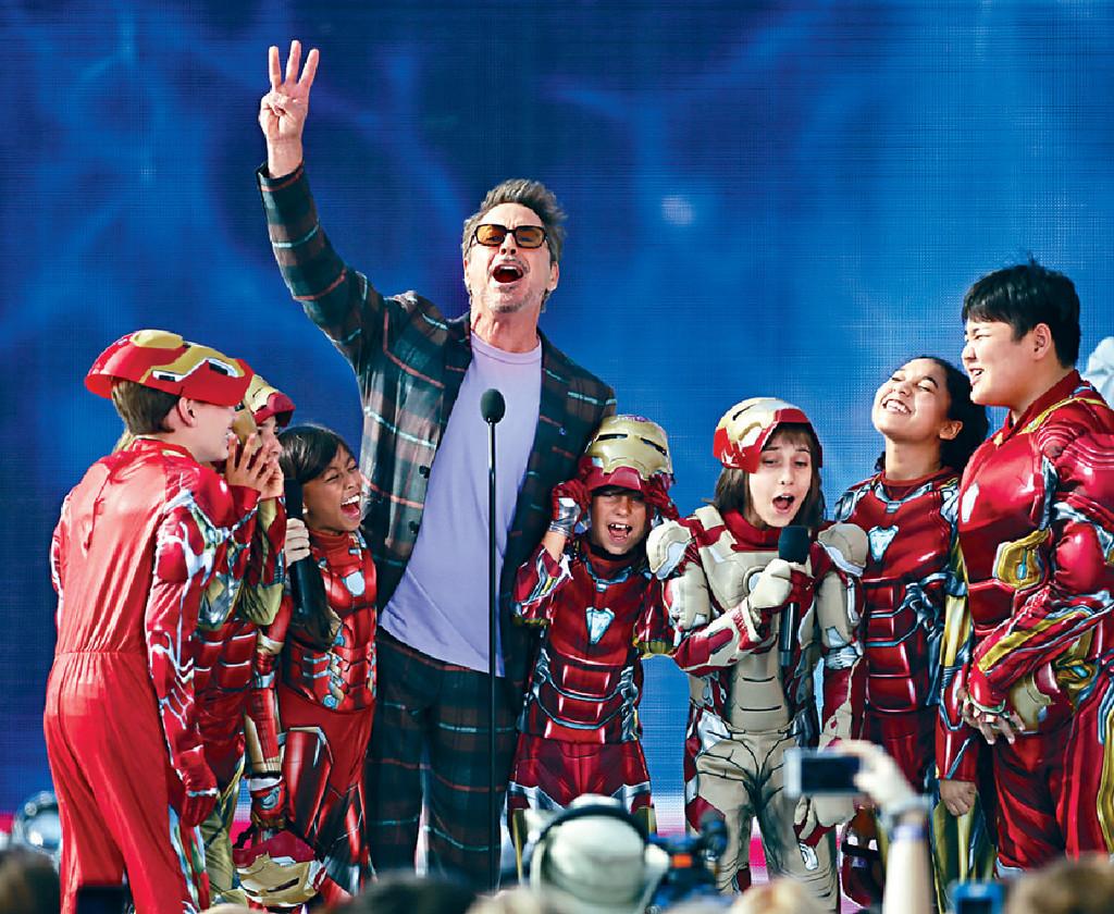 ■羅拔唐尼入場時帶同多名扮成鐵甲奇俠的小朋友到場。