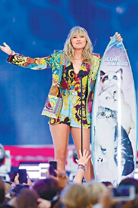 ■美國天后Taylor Swift獲印上她三隻寵物貓照片的滑板形獎座。