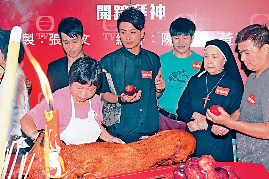 ■2013年,夏萍與黃宗澤、狄易達等合作無線劇《貓屎媽媽》。
