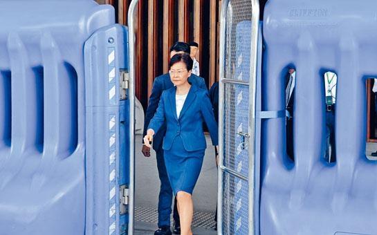 林鄭昨日召開行政會議,經由「水馬陣」步出特首辦。
