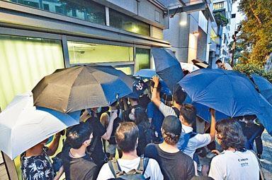 大批聲援者在九龍城法院外護送各被告離去。