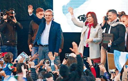 左翼總統候選人費爾南德斯(左)與競選拍檔克里斯蒂娜。