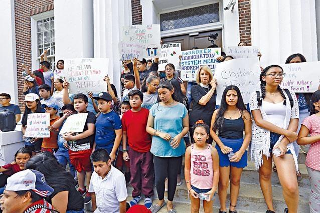 拉美移民家庭的孩子周日在密西西比州法院外,抗議搜捕非法移民。