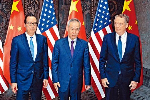 劉鶴應約與美國貿易代表萊特希澤(右)、財政部長努欽(左)通話。