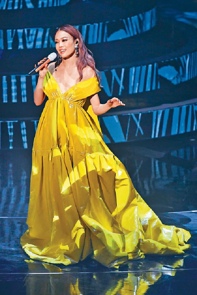 ?■祖兒換上Deep V黃色晚裝,華麗獻唱。