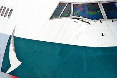 國泰航空已解僱兩名機師。