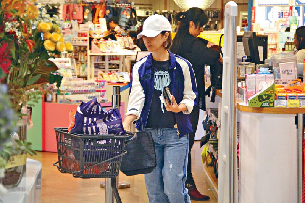 超市上糧 ■零妝關詠荷喺超市和百貨買咗成車袋戰利品。