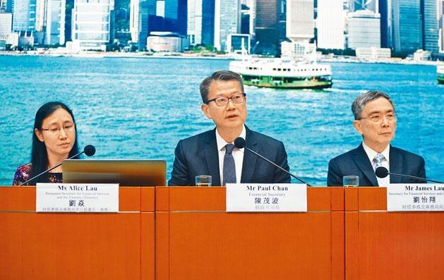 財政司司長陳茂波公布多項支援企業和市民的「派糖」措施。