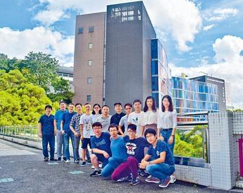 邊黎明(後排右四)及其研究團隊研發單鏈納米物料的新製造方法,有助在生物醫學工程範疇廣泛應用。