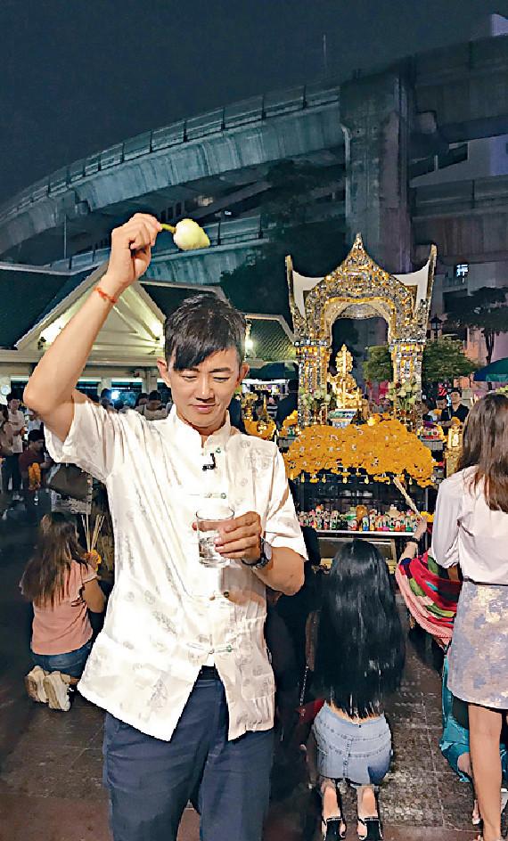 ■項明生在曼谷夜拜四面佛,介紹泰國上座部的佛教特色。