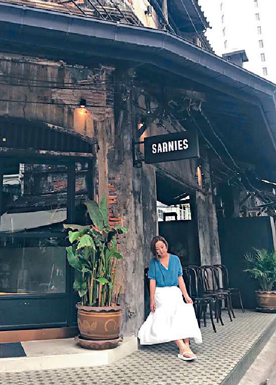 ■妹頭盧頌恩在曼谷百年餐廳門口影相時,身後出現白影。