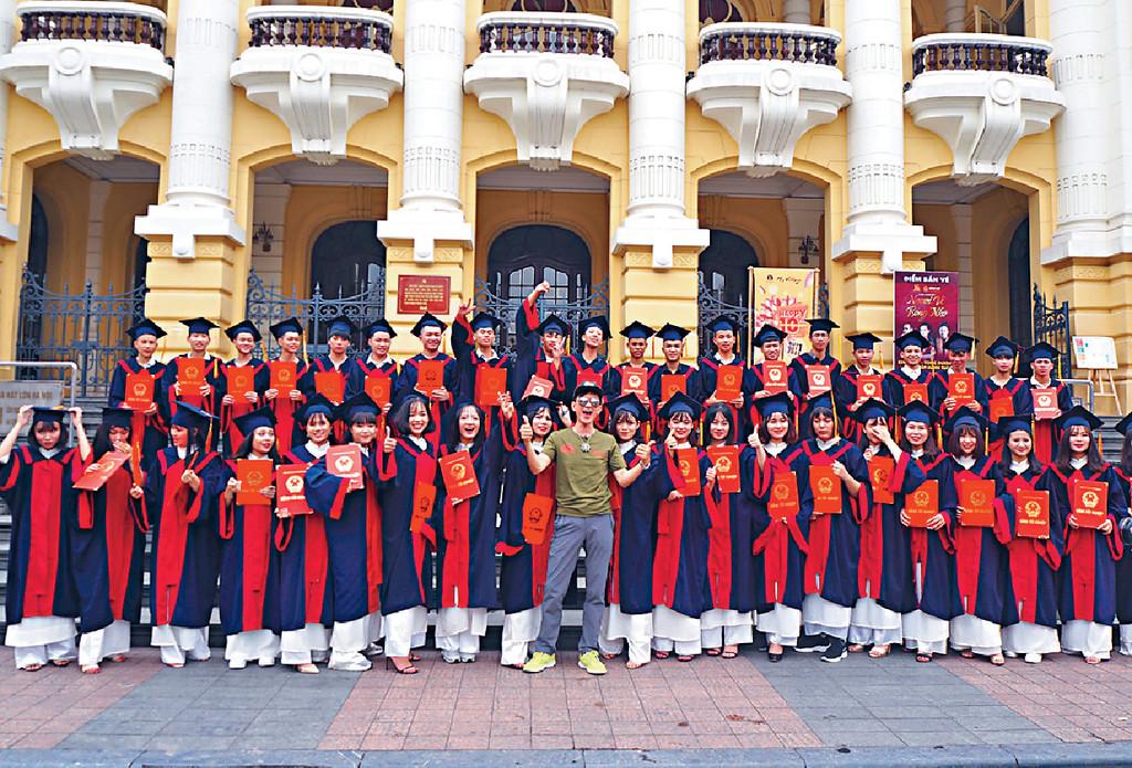■項明生到越南河內歌劇院參觀時,喜逢大學生影畢業相。