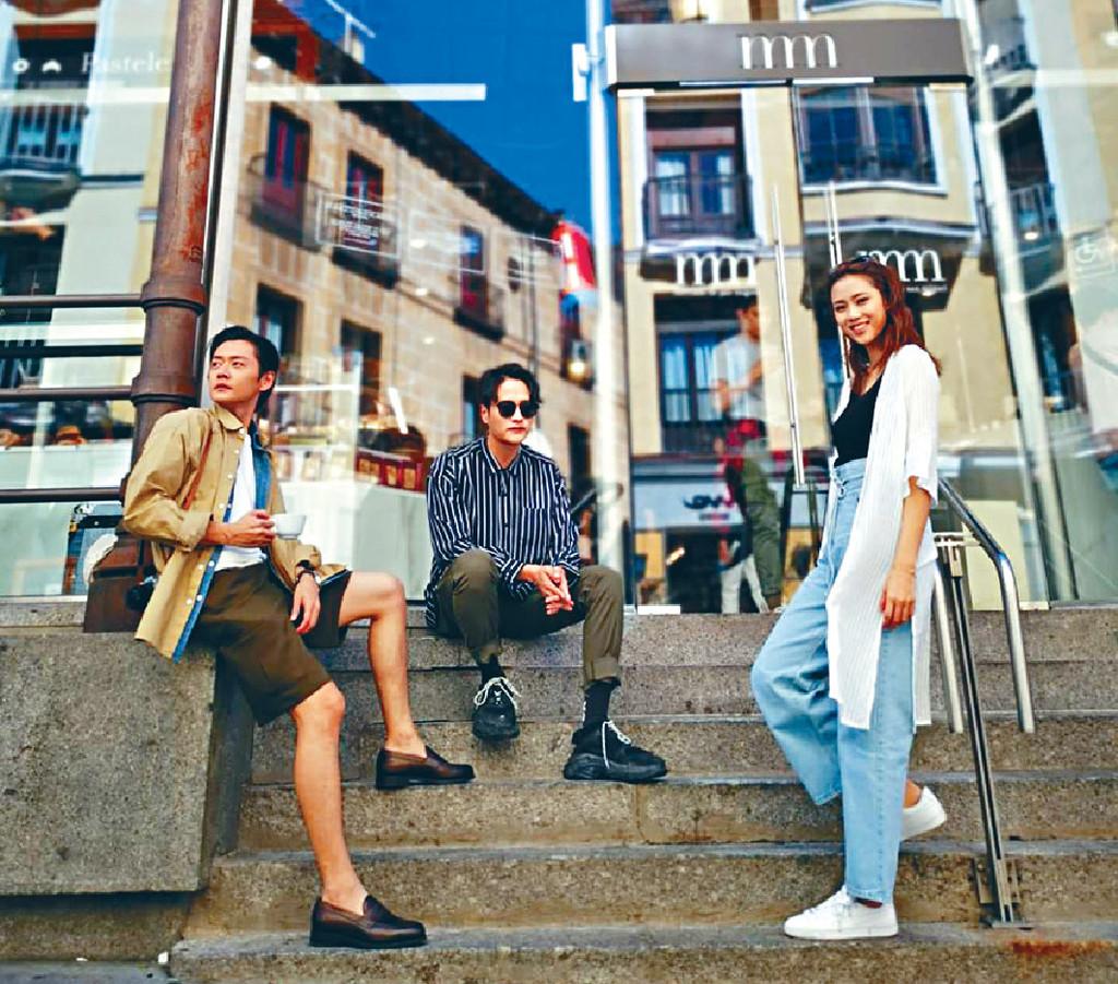 ■張振朗、謝東閔及劉穎鏇在巴塞隆拿一個Market合照留念。