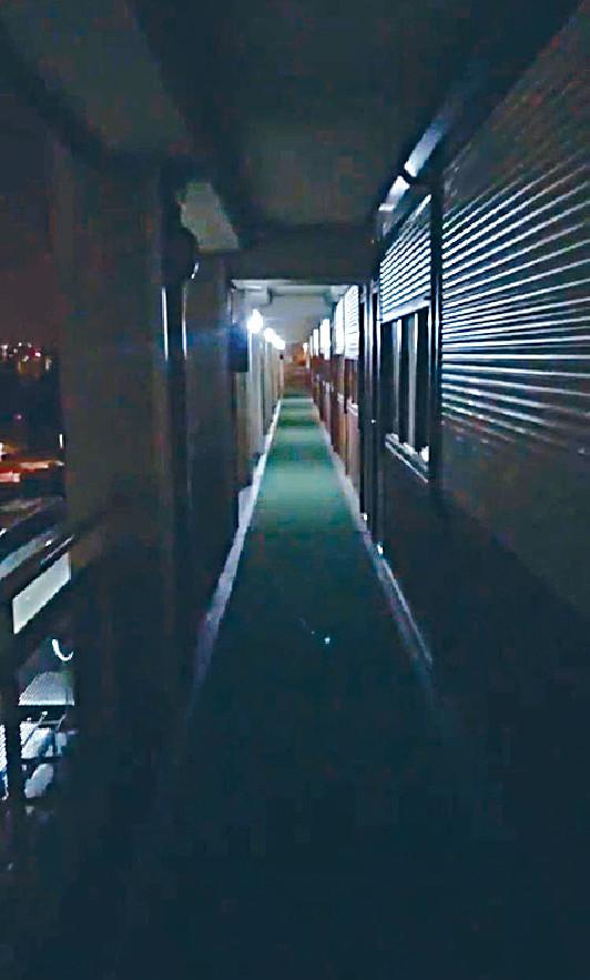 ■巴塞隆拿入住恐怖旅店,走廊嘅兩邊氣窗有鐵閘。