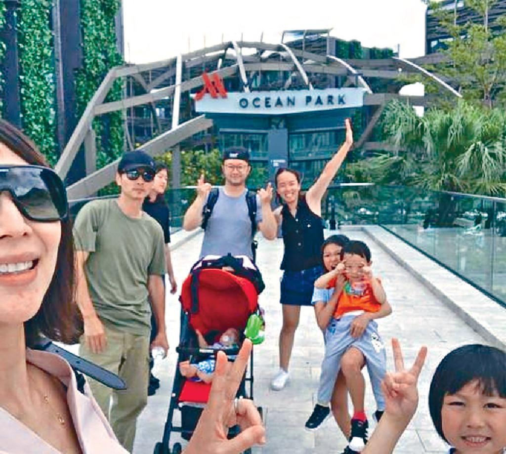 陪放暑假 ■日前,蔡少芬夫婦帶兩囡囡和友人去主題樂園下水禮。