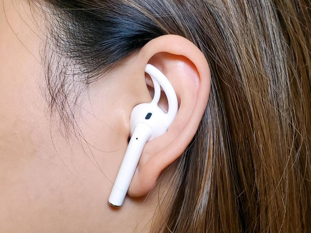 套上AirPods TEKA Earhook可令耳筒更穩固掛於耳上。